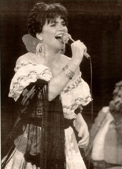 Linda Ronstadt live during her Canciones period in 1986